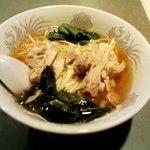 中国酒菜 好来 - 鶏そば。(全景)