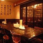 紅虎軒 - 本場の家具に囲まれた中国の街角を思わせるモダンな雰囲気♪落ち着いて食事が楽しめる空間★