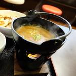 鶏白湯ラーメン 夏樹 - 濃厚スープが火鍋で温められています