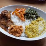 アハサ食堂 - 今週のスリランカプレート。甘辛ジャフナチキンカリー、レンズ豆のカリー、にんじんカリー、ハーブ(ムクヌウェンナ)とココナッツの炒め物、ココナッツと唐辛子のふりかけ、ジャスミンライス