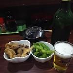59618373 - 「ひねぽん」、お通しの「枝豆」、「ハートランド中瓶」です