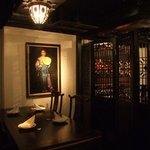 虎萬元 - 当店一番人気の半個室。格子の扉で仕切られた空間で、ゆったりと落ち着いた一時を。
