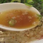 来来亭 - 甘さはそんなにないけど、醤油味が強調してるカンジ。鶏ガラベースのアッサリ系に、細かい背脂がモロモロ。