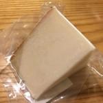 チーズマーケット - オランダ産 アマルトゥーラ。やぎ乳で作られたハードタイプ。クリーミーかつ濃厚な味わいが、次のワインを誘います。
