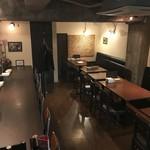 ワイン&キッチンHACHI - 落ち着いた雰囲気の店内