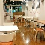Fluunt KOFU - 店内の様子、奥から撮影してキッチンが左側にあります。もう少し広く感じるお店です。