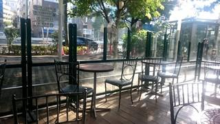 シェ・リュイ 東京ドームミーツポート店 - 木々に囲まれたテラス席