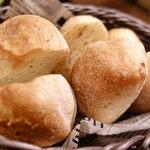 ベルサイユの豚 - お通しのパン3種