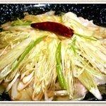 しろくま屋 - 賞味期限は三十秒!たっぷりの葱と特製ダレをかけたアツい茹でたてワンタンに、アツいネギ油をかけました。