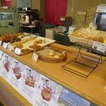 ヴィアッヂオ - 夕方だったので、焼きたてだったパンが並んでました。(笑)