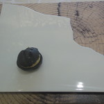 クイントカント - 割れた形のお皿にシュークリーム