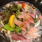 魚とワインhanatare - 魚介のカルパッチョ  主役はブリ。 各魚に乗っている薬味。それぞれ工夫がありますが、薬味ほぼ苦手な友人は食べられるものがない!と。