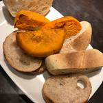 魚とワインhanatare - ハナタレといえばまずこれ。お通しのパン 武蔵小杉のパン屋さんのでしたっけ?