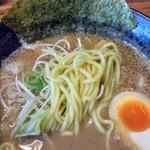 清勝丸 - 舌触りはつるんとしたもちもちの中細麺。