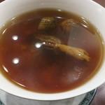 59639536 - 13種の乾燥キノコ アガリスクとモリーユタケとトリュフ チョウザメ頭骨のスープ