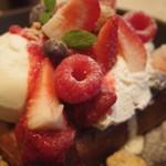 アニヴェルセル カフェ - ミックスベリーとバニラアイスクリームのパンペルデュ