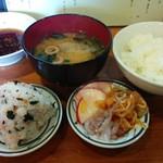 59645103 - ご飯、惣菜、おにぎりは自由にいただけます(味噌汁別)