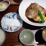 59645119 - ◆鯛のあら炊き定食(980円:外税)をチョイス。                       「鯛のあら炊き」「少量の奴」「中央の小皿には紙おしぼり」                       「ご飯(お代わり可能)」「お味噌汁(お代わり可)」
