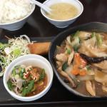 59645232 - 日替りランチ税込800円♤無料大盛ごはん、スープ、日替り(鶏肉のうま煮)、春巻、サラダ付