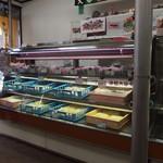 大谷製麺工場 - こうやってショーケースに並んで麺が売ってます