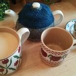 小さな紅茶屋さん crann - ACOMT(ミルクティー)。ポットと同じ大きさのマグカップです