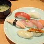 鮨処 源平 - ボキらが注文したのは、 「うめがいち」握り8貫・味噌汁付1500円(税別)