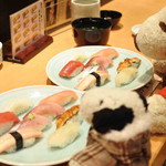 鮨処 源平 - 近江町市場はお昼の時間帯だと お得な海鮮丼ランチを目当てに行列ができてるお店もあるんだって。 金沢観光の際はぜひ寄ってみてね!!
