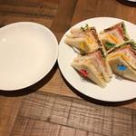カフェ ラ パーチェ - 二人で利用したので、取り分け用のお皿付き ※その辺の配慮が素晴らしい