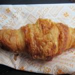 アルテリアベーカリー - クロワッサン180円。  発酵バターを使用したもちもち生地がくせになる美味しさのクロワッサンです。