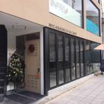 Micasadeco&Cafe - 店先に植樹がありネコの巣がありましたよ!