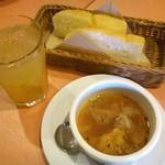 59664128 - ホリデーランチセットのパン、スープ、ドリンク(りんごジュース)