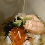 だし茶漬け えん - [料理] 焼き鮭とイクラの親子茶漬け だしを注いでみる。