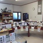 草もち名物 松屋 - 円形の商品棚
