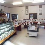 草もち名物 松屋 - 広い店内