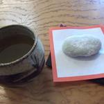 草もち名物 松屋 - お茶をサービスで頂きました