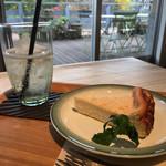 ケイズガーデンカフェ - チーズケーキとエルダードリンク(ソーダ)