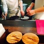 59675558 - 麺職人が丁寧に次々と作り出しています!