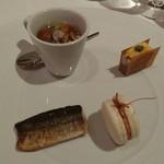 59684347 - 2016年11月 秋刀魚の燻製、フォアグラのフラン、フォアグラのマカロン、煮こごり蒸しの前菜