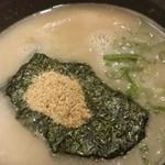 らーめん二男坊 - 料理写真:スープは魚粉入り豚骨