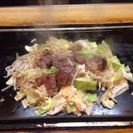 石亭 - ノーマル石亭焼き、200グラムのステーキ、野菜が大量で肉が少なく見える。