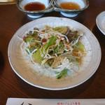 597329 - ランチについてたサラダ。お肉は甘ダレとさっぱりダレで頂きます。