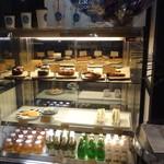 オリエンタル グレイス コーヒー - 店内にあるガラスケース