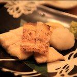 まんまるや - ウナギの白焼きも美味。鹿児島県は全国第1位のウナギ生産量を誇ります(2009年現在)。