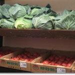 つばめグリル - 入口に積んであるお野菜