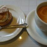 アクイラ・ウォランス - シュークリームとカフェラテ