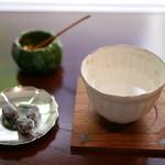 遊形 サロン・ド・テ - 口直し「白湯」「大徳寺納豆」と「ぶぶあられ」