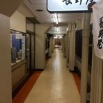 信そば 長野屋 - 神戸三宮の高架下の2F部分にこんな通路があるとは。昼間は地味な感じ。