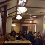 信そば 長野屋 - 店内風景。テーブル席と小上がり席があり、基本的には全て相席となる。