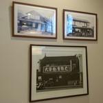 59718757 - 店内に飾られてた昔の店の写真。「大蒲焼・生蕎麦」の看板に時代を感じます。