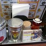 ラーメン横綱 桂麺房 - 卓上調味料たち